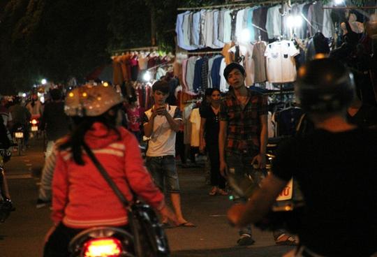 Đêm xuống, đường Tây Thạnh dày đặt các điểm quần áo trên lề đường. Người bán tràn xuống lòng đường mời gọi. Đồ đạc thì treo thẳng lên các cây xanh