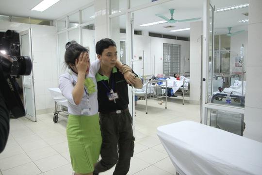 Các nạn nhân bị ngất được đưa đến bệnh viện 198 cấp cứu