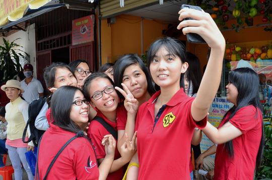Thí sinh Trường THPT Trần Văn Giàu (TP HCM) vui mừng sau khi thi xong môn địa lý Ảnh: TẤN THẠNH