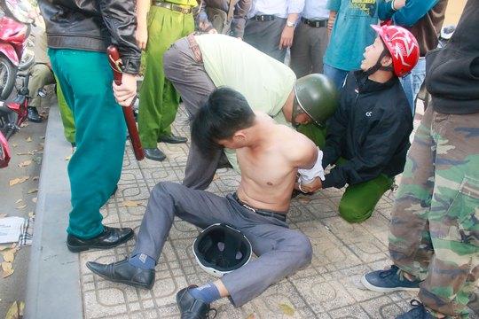 Một trong nhóm đối tượng dàn cảnh cướp giật tại ngã tư Trần Quốc Thảo - Điện Biên Phủ (quận 3, TP HCM) hôm 23-1 bị bắt Ảnh: KHÁNH LÊ