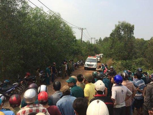 Xe cứu thương đưa thi thể các nạn nhân ra khỏi hiện trường vụ tai nạnẢnh: ĐỖ HƯNG