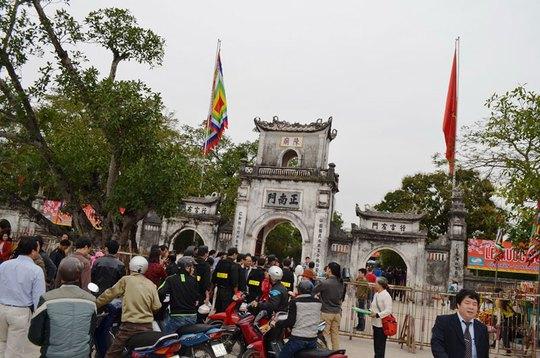 Du khách kéo về đền Trần ngày càng đông Ảnh: THANH TUẤN