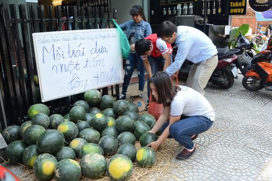 Một điểm bán dưa tình nguyện cho bà con nông dân tỉnh Quảng Nam tại TP Đà Nẵng Ảnh: BÍCH VÂN
