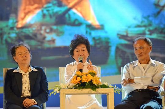 Các nhân chứng tham gia chương trình nghệ thuật Đất nước trọn niềm vui tối 24-4 tại TP HCM Ảnh: TẤN THẠNH