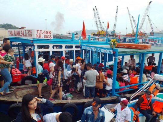 Hàng ngàn du khách lên tàu ra thăm các đảo trên vịnh Nha Trang, ngày 28-4 Ảnh: KỲ NAM