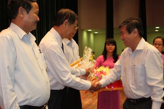 Phó Bí thư Thành ủy TP HCM Nguyễn Thành Phong khen thưởng các tập thể, tổ chức thực hiện hiệu quả Chỉ thị 03 của Bộ Chính trị
