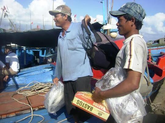 Ngư dân Phú Yên chuẩn bị lên tàu ra khơi mặc cho lệnh cấm biển ngang ngược của Trung Quốc  Ảnh: HỒNG ÁNH