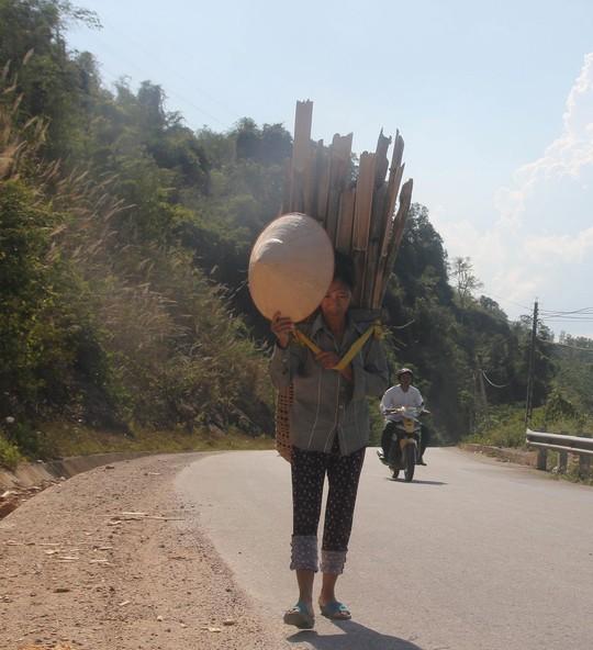 Bà Vi Thị Phương (ngụ bản Mon, xã Thạch Giám, huyện Tương Dương, tỉnh Nghệ An) đi bộ 6 km dưới cái nắng trên 40 độ C ra thị trấn bán củi