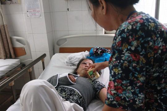 Bà Lê Thị Châm khẳng định bà bị xe xúc cán, may mắn thoát chết nhờ lọt xuống dưới 2 mô đất