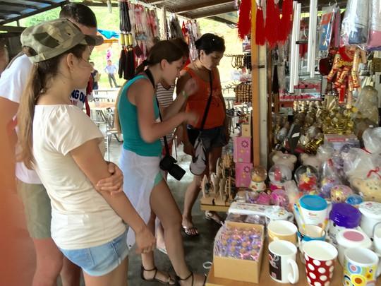 Du khách nước ngoài đến Khu Du lịch Tà Cú (tỉnh Bình Thuận) tháng 7-2015 Ảnh: LƯƠNG DUY