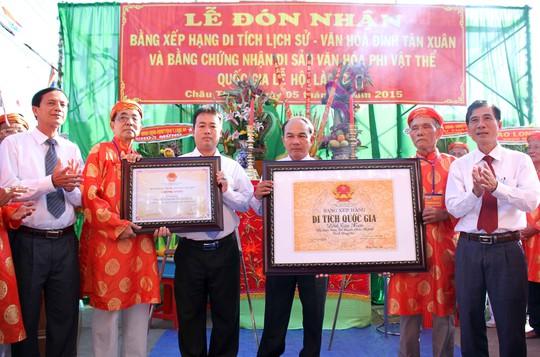 Lãnh đạo Bộ Văn hóa - Thể thao - Du lịch và UBND tỉnh Long An, trao bằng xếp hạng di tích lịch sử cấp quốc gia cho Đình Tân Xuân