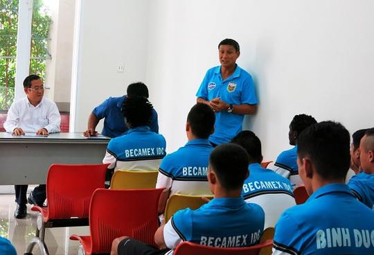 HLV Mai Đức Chung có buổi ra mắt tình cảm với lãnh đạo và cầu thủ B.Bình Dương