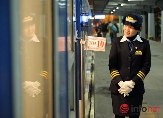 Tất cả nhân viên trên tàu đều phải mặc đồng phục, hướng dẫn niềm nở, nhiệt tình với hành khách.
