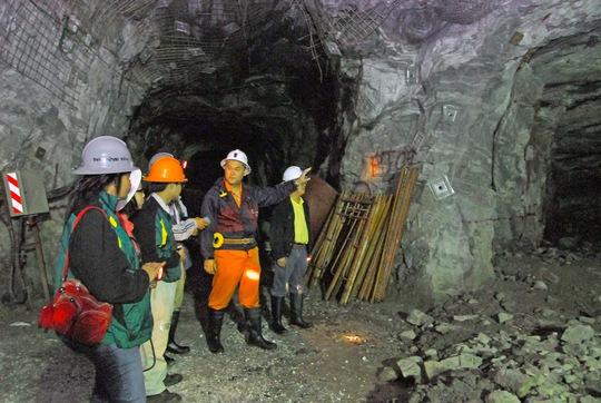 Bên trong hầm khai thác vàng của Công ty Bồng Miêu Ảnh: QUANGNAM.GOV.VN
