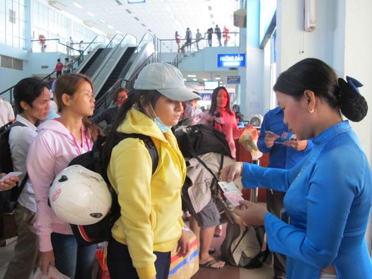 Nhân viên ga Sài Gòn soát vé và CMND của hành khách