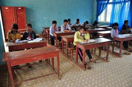 Nhiều lớp học ở vùng cao của tỉnh Quảng Ngãi vắng vẻ bởi nhiều học sinh bỏ học để đi chặt đót