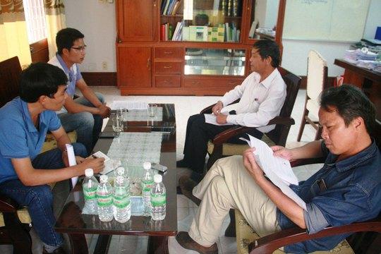 Ông Lê Muộn, Phó Gám đốc Sở NN-PTNT tỉnh Quảng Nam (thứ hai từ phải sang), trao đổi với các phóng viên về vụ cấp nhím sai đối tượng
