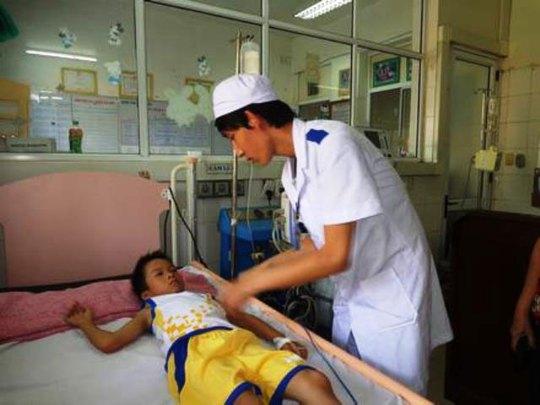 Cháu Ngô Thanh Tài điều trị tại bệnh viện Ảnh: BỘI NHIÊN