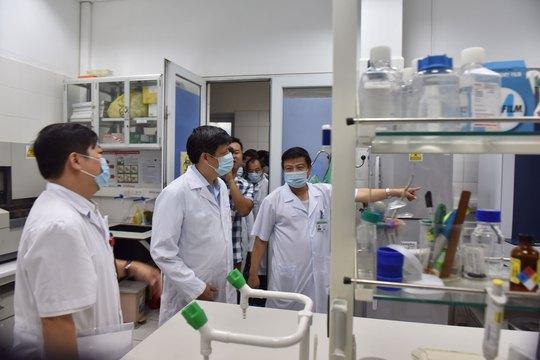 Đoàn của Bộ Y tế do Thứ trưởng Nguyễn Thanh Long dẫn đầu, kiểm tra công tác ứng phó với MERS-CoV tại BV Bệnh nhiệt đới trung ương Ảnh: NGỌC DUNG