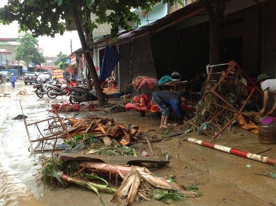Mưa lũ cuốn trôi nhiều hàng hóa của tiểu thương chợ Tông Lệnh, huyện Thuận Châu, tỉnh Sơn La Ảnh: THANH THỦY