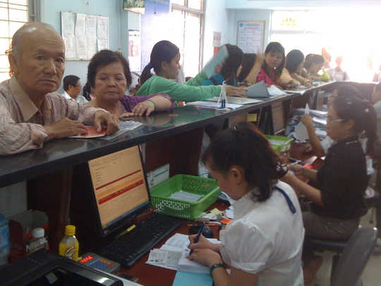 Người dân đến giải quyết chế độ BHXH tại Tân Phú. Ảnh: BHXH TP HCM
