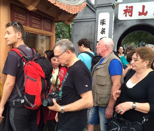Khách quốc tế tham quan đền Ngọc Sơn (Hà Nội)  Ảnh: Yến Anh