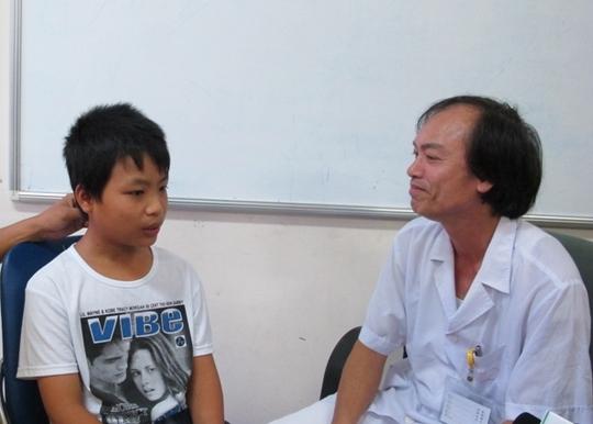 PGS Nguyễn Tiến Dũng trò truyện với người bệnh, dặn dò người bệnh trước khi xuất viện