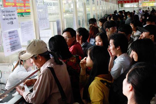 Tại các quầy bán vé đi trong ngày, cũng có rất đông hành khách đến mua vé