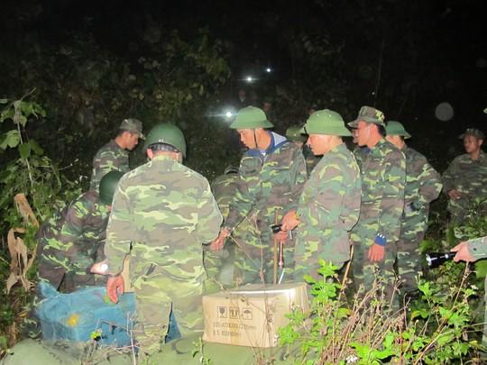 Trong những tháng gần đây, lực lượng biên phòng tỉnh Lạng Sơn đã tăng cường tối đa quan số, triển khai gần 40 lán trại, bố trí lực lượng chốt ở những điểm nóng để ngăn chặn tình trạng chuyển hàng lậu về Việt Nam. Trong ảnh: Cán bộ Đồn Biên phòng Tân Thanh với sự hỗ tợ của các lính đặc nhiệm của Bộ Tư lệnh Bộ đội biên phòng vây ráp và bắt giữ 1 vụ vận chuyển hàng lậu qua biên giới ở gần mốc biên giới 1092.