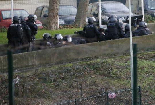 Cảnh sát phục bên ngoài cửa hàng. Ảnh: Reuters