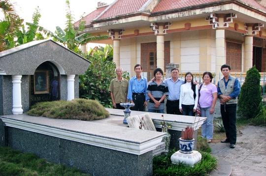Du khách đến viếng mộ nhà văn Nam Cao