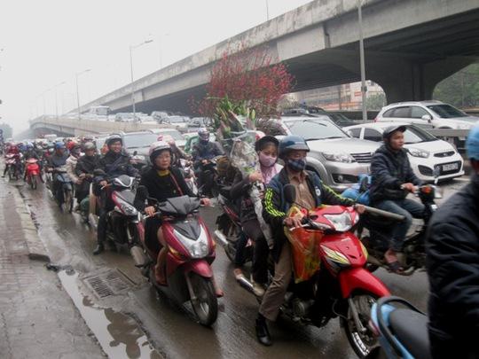 Đường Khuất Duy Tiến kẹt cứng bởi quá nhiều phương tiện cá nhân đổ ra đường, mặc dù không phải giờ cao điểm