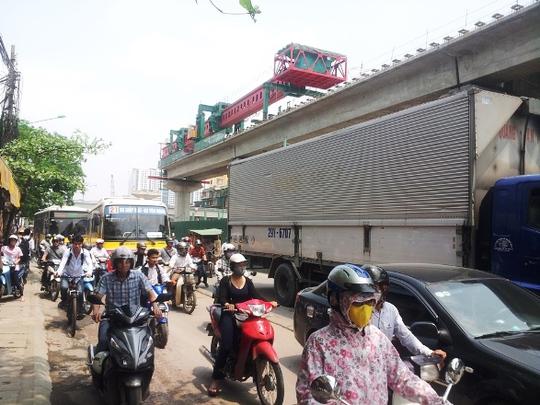 Phương tiện đi qua khu vực này di chuyển chậm và rất khó khăn