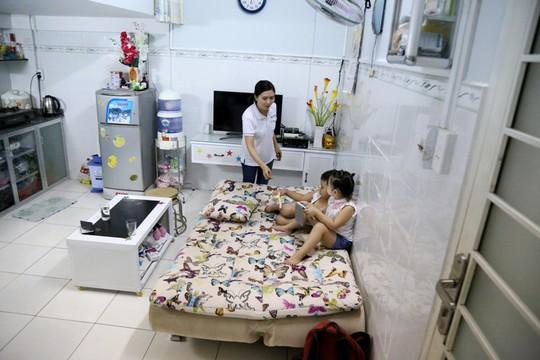 Để mua căn hộ có diện tích sử dụng 30m2 này, công nhân Phạm Thị Tuyết Ánh trả trước khoảng 40 triệu đồng, mỗi tháng chị trả góp 1.850.000 ngàn đồng. Chị Ánh nói: Tính tổng cộng thì căn hộ này 150 triệu đồng. Khu này là rẻ nhất Việt Nam rồi