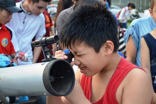 """Hà Nội và TP HCM: Hàng ngàn bạn trẻ tập trung ngắm """"trăng máu"""""""