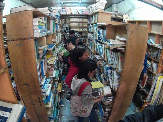 Bên trong của hiệu dù lối đi rất nhỏ và khá nóng nhưng nhiều bạn trẻ vẫn cố gắng chọn cho mình những quyển sách ưng ý