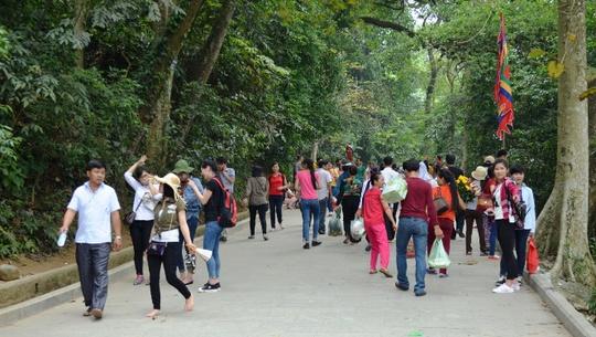 Khắp các đoạn đường dốc, bậc thang lên đền Thượng đều đầy người