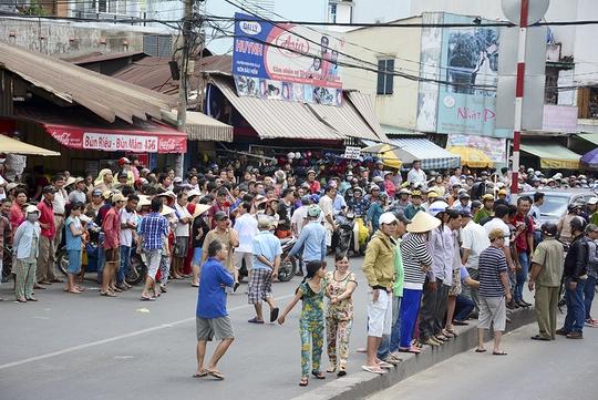 Người dân hiếu kỳ đứng xem vụ xe tải tông sập nhà làm chết người trên đường Tùng Thiện Vương, sáng 21-5