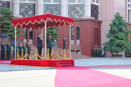 Bộ trưởng Phùng Quang Thanh cùng Bộ trưởng Ash Carter chào cờ tại lễ đón chính thức