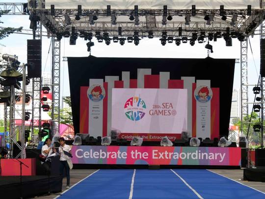 Sân khấu ngoài trời dựng lên cho buổi khai mạc
