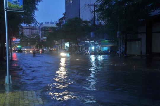 Nước dâng cao khoảng 30 cm trên đường Đinh Bộ Lĩnh, đoạn qua phường 15, quận Bình Thạnh, TP HCM