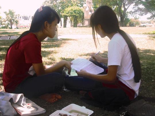 Tranh thủ học bài tại công viên