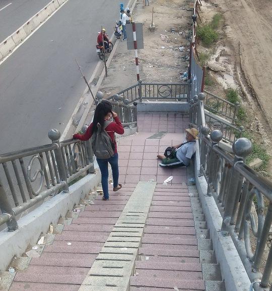 Tại quận Thủ Đức, đoạn cầu bộ hành trước khu du lịch Suối Tiên, người ăn xin ngồi khắp nơi từ trên cầu cho đến các bậc thang đi bộ dưới chân cầu.