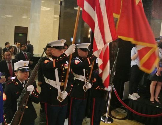 Các sĩ quan lục quân Mỹ tiến hành nghi thức rước cờ tại buổi lễ