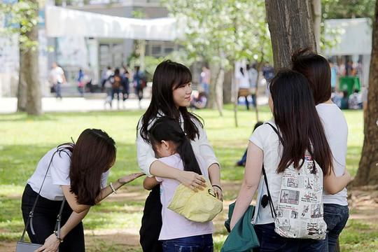 Các thí sinh khác tại điểm thi đang dỗ dành em gái Mỹ Linh