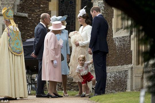 Nữ hoàng Elizabeth có mặt tại buổi lễ rửa tội của tiểu công chúa Charlotte. Ảnh: AP