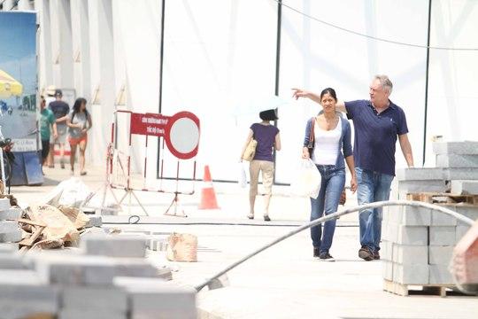 Khách du lịch có thể đi vào công trình trong khi công nhân đang làm việc.