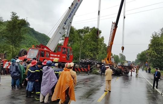 Lực lượng chức năng tiến hành cứu hộ, phân luồng giao thông và điều tra nguyên nhân vụ tai nạn