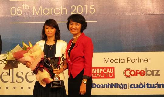 Đại diện Unilever (trái) nhận cúp vàng Nơi làm việc tốt nhất Việt Nam - 2014