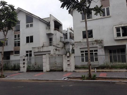 Nhiều nhà biệt thự đã được xây từ lâu nên cửa hoan rỉ, cửa kính vỡ vụn